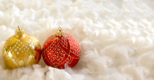 Composición del Año Nuevo y de la Navidad: bolas del árbol de abeto en guata Imagen de archivo