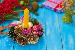 Composición del Año Nuevo y de la Navidad en un fondo de madera azul Fotos de archivo
