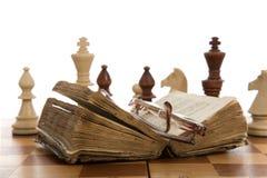 Composición del ajedrez con el libro Imagen de archivo libre de regalías