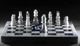 Composición del ajedrez en el tablero El concepto de victoria foto de archivo