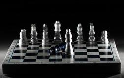 Composición del ajedrez en el tablero El concepto de victoria imagen de archivo