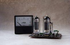 Composición del amplificador del tubo y del amperímetro del vintage Fondo electrónico imagen de archivo