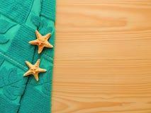 Composición del balneario con la toalla y las estrellas de mar Imagen de archivo