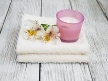 Composición del balneario con las flores del alstroemeria Foto de archivo libre de regalías