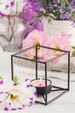 Composición del BALNEARIO con las toallas, flores, guijarros Fotos de archivo libres de regalías
