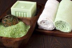 Composición del balneario con las toallas y el jabón Fotos de archivo