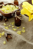Composición del balneario de la botella, de la sal de baño y de la flor Imagenes de archivo