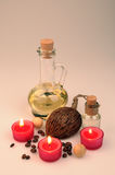 Composición del balneario velas perfumadas, granos de café, bolas de madera aromáticas Fotografía de archivo
