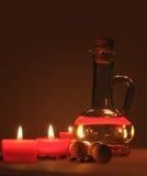 Composición del balneario velas perfumadas, granos de café, bolas de madera aromáticas y aceite en un jarro de cristal con un tap Fotos de archivo libres de regalías