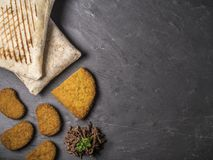 Composición del bocado con los tacos franceses, cordon bleu, las pepitas y la carne de vaca en pizarra fotografía de archivo libre de regalías