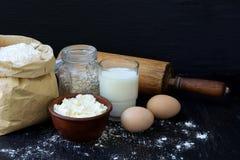 Composición del bolso de la harina de trigo, de los huevos, de la avena, de la leche, del requesón y del rodillo Preparación para Imagen de archivo