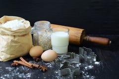Composición del bolso de la harina de trigo, de los huevos, de la avena, de la leche y del rodillo Preparación para la pasta de a Imagen de archivo libre de regalías