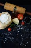 Composición del bolso de la harina de trigo, del aceite, del tomate, del queso y del rodillo Preparación para la pasta de amasami Fotos de archivo libres de regalías