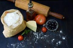 Composición del bolso de la harina de trigo, del aceite, del tomate, del queso y del rodillo Preparación para la pasta de amasami Fotos de archivo