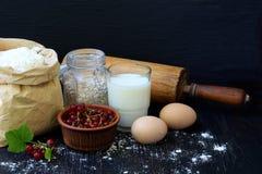 Composición del bolso de la harina de trigo, de los huevos, de la avena, de la leche, de la pasa roja y del rodillo Preparación p Foto de archivo libre de regalías
