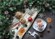 Composición del café con la melcocha, estrellas, árbol de abeto Endecha del plano del invierno foto de archivo libre de regalías