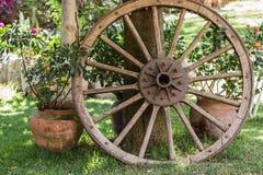 Composición del carro de la rueda además de un árbol Foto de archivo libre de regalías