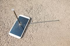 Composición del clavo y del smartphone del metal Imagenes de archivo