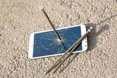 Composición del clavo y del smartphone del metal Fotografía de archivo libre de regalías