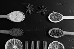 Composición del condimento, visión superior Cucharas de madera con las especias Imagen de archivo libre de regalías