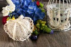 Composición del día de fiesta con las flores y los accesorios Imagen de archivo libre de regalías