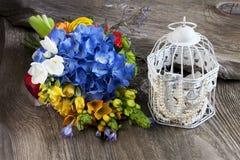 Composición del día de fiesta con las flores y los accesorios Fotografía de archivo libre de regalías