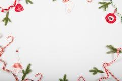Composición del día de fiesta de la Navidad Modelo rojo creativo festivo, día de fiesta hecho a mano de la decoración de Navidad  Imagen de archivo