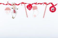 Composición del día de fiesta de la Navidad Modelo rojo creativo festivo, día de fiesta hecho a mano de la decoración de Navidad  Fotografía de archivo libre de regalías