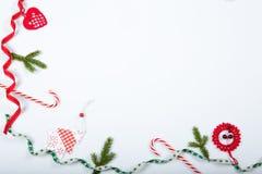 Composición del día de fiesta de la Navidad Modelo rojo creativo festivo, día de fiesta hecho a mano de la decoración de Navidad  Foto de archivo
