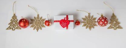 Composición del día de fiesta de la Navidad Modelo rojo del oro creativo festivo, bola hecha a mano del día de fiesta de la decor Foto de archivo