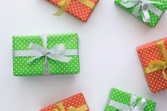 Composición del día de fiesta de la Navidad y del Año Nuevo con las cajas de regalo en el fondo blanco Visión superior, endecha p Foto de archivo