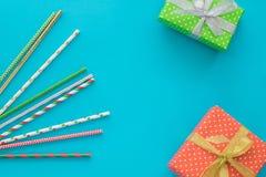 Composición del día de fiesta de la Navidad y del Año Nuevo con las cajas de regalo, tubos del cóctel en el fondo azul Visión sup Foto de archivo libre de regalías