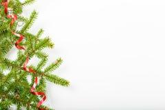 Composición del día de fiesta de la Navidad y del Año Nuevo Rama y cinta de árbol de navidad en un fondo blanco Imagen de archivo libre de regalías