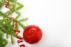 Composición del día de fiesta de la Navidad y del Año Nuevo Rama y cinta de árbol de navidad en un fondo blanco Foto de archivo libre de regalías