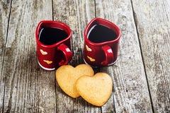 Composición del día de tarjetas del día de San Valentín Tazas y corazones de café Fotografía de archivo