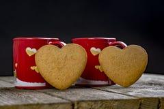 Composición del día de tarjetas del día de San Valentín Tazas y corazones de café Imagen de archivo