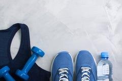 Composición del deporte de Latlay con las zapatillas de deporte azules del equipo del equipo y Imágenes de archivo libres de regalías