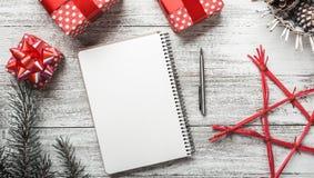 Composición del invierno, días de fiesta de la Navidad y del Año Nuevo, día de fiesta moderno y mensaje Fotos de archivo