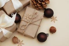 Composición del invierno o del Año Nuevo o de la Navidad con los regalos hechos a mano del papel del arte con el arco blanco en f foto de archivo libre de regalías