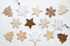 Composición del marco de la Navidad con los copos de nieve, las estrellas y los abetos de madera Fotos de archivo libres de regalías
