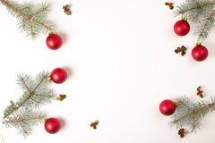 Composición del marco de la Navidad Regalo de la Navidad, rama del pino, bolas rojas, sobre, copos de nieve de madera blancos, ci Fotografía de archivo libre de regalías