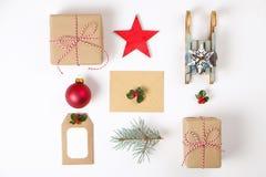 Composición del marco de la Navidad Regalo de la Navidad, rama del pino, bolas rojas, sobre, copos de nieve de madera blancos, ci Imagenes de archivo