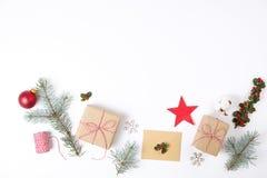 Composición del marco de la Navidad Regalo de la Navidad, rama del pino, bolas rojas, sobre, copos de nieve de madera blancos, ci Fotos de archivo libres de regalías