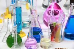 Composición del material del laboratorio con los líquidos coloreados en reali Fotografía de archivo libre de regalías