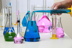 Composición del material del laboratorio con los líquidos coloreados en reali Fotos de archivo libres de regalías