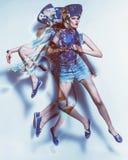 Composición del movimiento de la mujer de salto en dril de algodón imagen de archivo libre de regalías