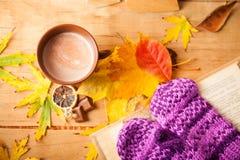 Composición del otoño con café de la taza Fotografía de archivo