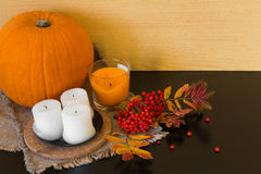 Composición del otoño de frutas y verduras en un backgroun blanco Foto de archivo