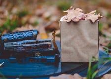 Composición del otoño, mofa de la caja de papel para arriba, casetes de cinta Foto de archivo libre de regalías