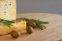 Composición del queso y de las aceitunas Imagenes de archivo